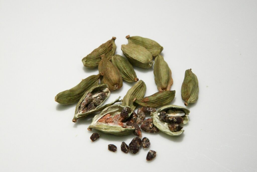 cardamom verde, boabe și semințe