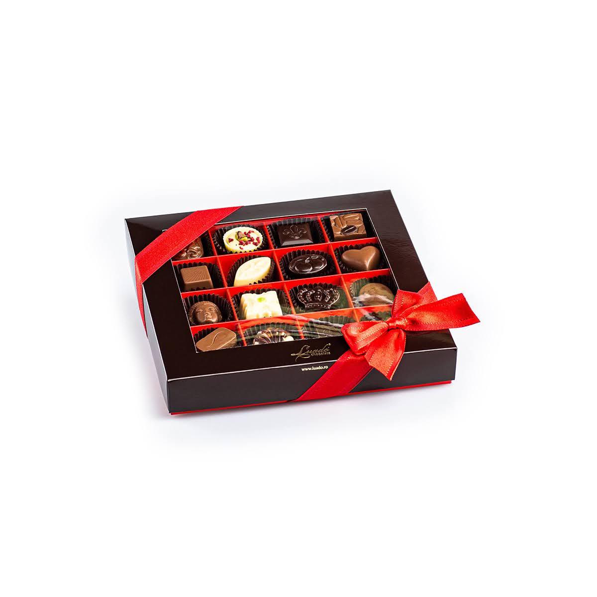 cutie roșie cu 16 praline
